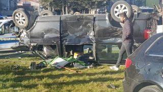 Isparta'da otomobil ile çarpışan minibüs kavşakta ters döndü: 1 ölü, 7 yaralı
