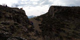 Kayalıklarda mahsur kalan keçinin 15 günlük esaretini AFAD bitirdi