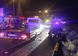 Minibüs yol kenarındaki otomobillere çarptı: 21 yaralı