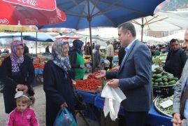 Eğirdir Kaymakamı Akdaş'dan pazardaki vatandaşa bez çanta