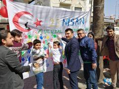 Ellerini boyayan çocuklar, Türk Bayraklı beyaz afişe el izlerini bıraktılar