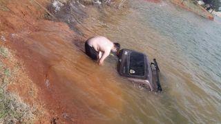 Fotoğraf çektirmek isterken offroad aracıyla suya gömüldü