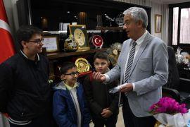Harçlıklarıyla biriktirdikleri paralarla belediye başkanına kalem ve çikolata aldılar