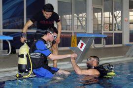 Otizmli çocukların havuzdaki tüplü dalış tecrübesi