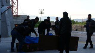 İhbara giden polis, metrelerce yüksekten aşağı düşen gencin altında kalmaktan son anda kurtuldu