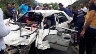 Kamyonetle çarpışan otomobil hurdaya döndü: 3 yaralı