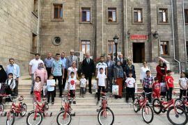 Vali'den 10 öğrenciye karne hediyesi bisiklet