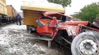 Isparta'da trenin çarptığı kamyon hurdaya döndü