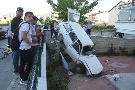 Kaza yapan otomobil apartman boşluğuna düştü: 1 yaralı