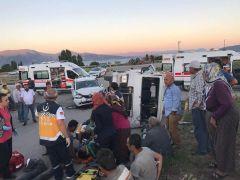 Tarım işçilerini taşıyan minibüs otomobille çarpıştı: 11 yaralı