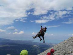 Yaralı dağcıya nefes kesen kurtarma operasyonu