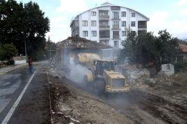 Isparta'da trafik güvenliğini zora sokan müstakil ev belediye tarafından yıkıldı