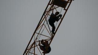 Maaşını alamayınca 49 metrelik vince çıkıp intihara kalkıştı