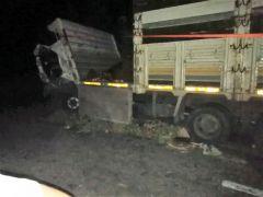 Otomobil ile kamyon kafa kafaya çarpıştı: 1 ölü, 1 yaralı