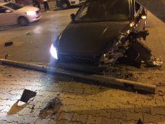 Çarpışan otomobillerden biri aydınlatma direğini devirdi: 2 yaralı