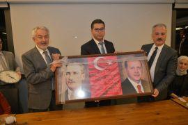 Muhtarlardan Başkan Başdeğirmen'e, Atatürk ve Cumhurbaşkanı Erdoğan'lı fotoğraflı makam panosu hediyesi