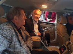 Taksi bekleyen eski başkanı, makam aracıyla evine götürdü