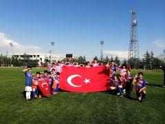 Yeşil sahada, miniklerden Türk Bayraklı asker selamı
