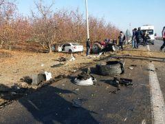 Otomobille traktör kafa kafaya çarpıştı: 1'i ağır 2 yaralı