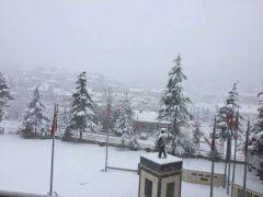 Isparta'da yoğun kar yağışı nedeniyle 2 ilçeyi bağlayan yol kapandı