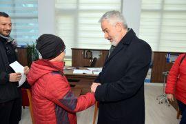 Devletten aldığı 80 liralık bursunu depremzedelere bağışladı