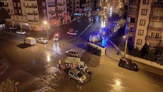 Isparta'da ekmek taşıyan kamyonetin çarptığı işçi servisi devrildi: 4 yaralı