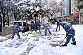 Isparta Belediyesi'nden 32 iş makinesi ve 500  personelle karla mücadele