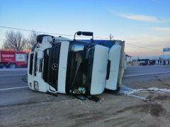 Isparta – Konya kara yolunda minibüse çarpan tır devrildi: 1 yaralı