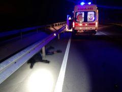 Lastiği patlayan motosiklet park halindeki aracın kapısına çarptı: 1 ölü