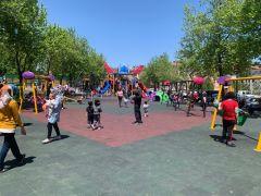 Isparta'da çocuklar maskelerini takıp parklara koştu
