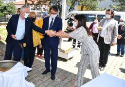 Isparta Belediye Başkanı Başdeğirmen, korona virüsten hayatını kaybedenler için helva dağıttı