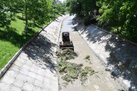 Isparta Belediyesi dere ve kanalları temizliyor