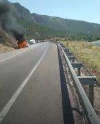 Eğirdir'de seyir halindeki otomobil yandı