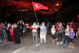 Isparta'da binlerce kişi demokrasi nöbetinde buluştu