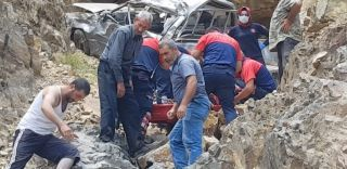 Uçurumdan yuvarlanan kamyonet hurdaya döndü… Kamyonette sıkışan çifti itfaiye ekipleri kurtardı