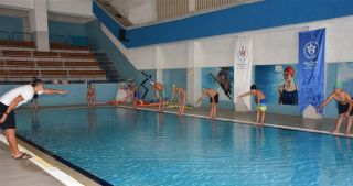 Isparta'da vatandaşlara ücretsiz yüzme kursu