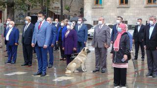 Muhtarların saygı duruşuna eşlik eden sokak köpeği gülümsetti