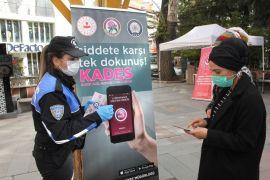 Isparta'da emniyet ve jandarma ekipleri kadınlara tek tek KADES'i tanıttı