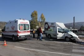 Isparta'da mermer yüklü kamyon ile ticari araç çarpıştı: 1 yaralı
