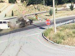 Isparta'da otomobille çarpışan minibüs ikiye bölündü: 3 yaralı