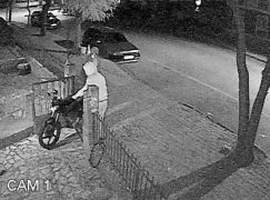 Kapşonlu gençlerin motosiklet hırsızlığı kamerada
