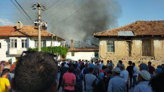 Yangın sonrası kullanılamaz hale gelen ev yıkıldı