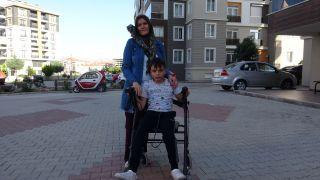 """Toplanan yardımları yürüteciyle kamyonete taşıyan engelli Muhammet: """"Yardımcı olduğum için çok mutluyum"""""""